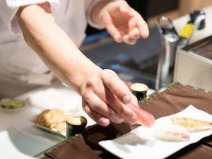 【11/6~2/28まで本ズワイ蟹食べ放題】寿司、天婦羅、ローストビーフなど約60種!ライブ割烹ブッフェプラン