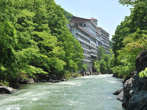 写真:水上館 山と渓流に抱かれた16湯の温泉宿